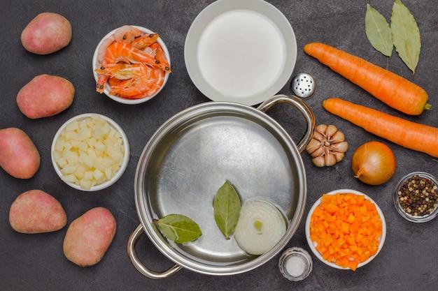 クラムチャウダーのスープを調理するためのシーフードと野菜の食材。