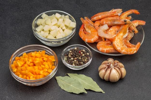 ランチを調理するためのシーフードと野菜の食材。