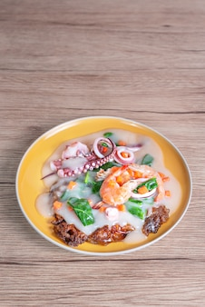 Морепродукты и широкая рисовая лапша в сливочном соусе