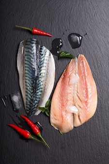 Концепция морепродуктов свежее филе скумбрии на черной грифельной доске с копией пространства