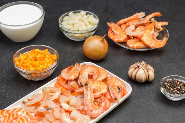クラムチャウダーのスープを調理するためのシーフード、クリーム、野菜の食材。健康的な栄養。
