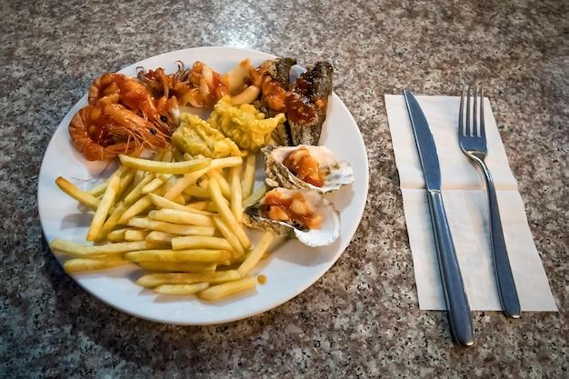 레스토랑에서 바다로 해산물 저녁 식사. 베트남 하롱베이 밤, 밤, 오늘 밤.