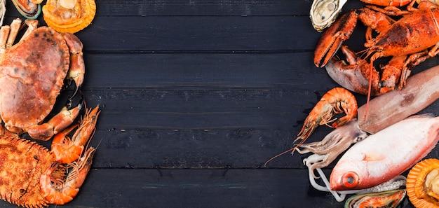 シーフードディナー、新鮮なロブスター、カニ、ムール貝、カキを背景にしたシーフードディナー