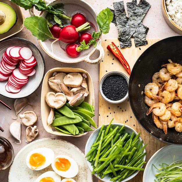 Piatto di frutti di mare con fotografia piatta di uova e gamberi