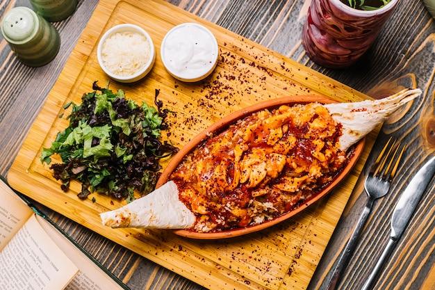Морепродукты фахитас креветки овощи сыр лаваш зеленый салат сметана сверху