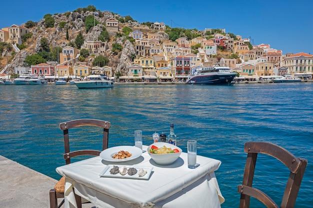Морепродукты, греческая таверна на берегу моря в порту острова сими греция
