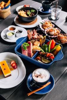 생선, 오징어, 새우, 홍합 및 야채와 같은 해산물 혼합 구이.