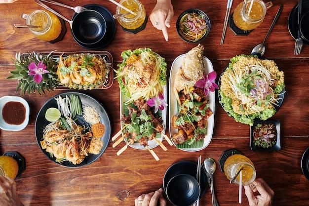 Морепродукты на обеденном столе