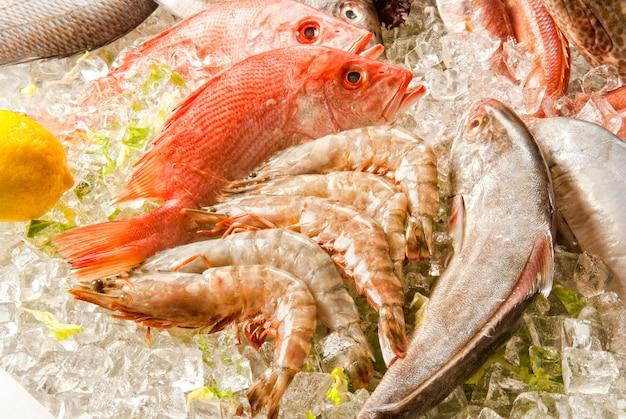 Морепродукты на льду на рыбном рынке.