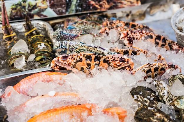 Морепродукты на льду на рыбном рынке