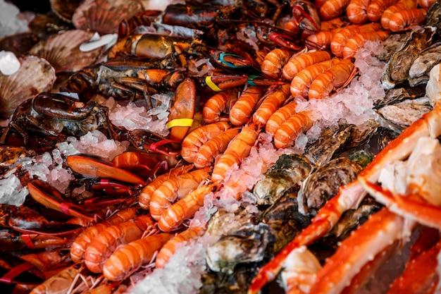 생선 시장에서 얼음에 해산물.