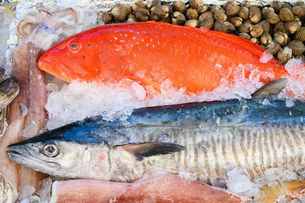 魚市場での氷上シーフード