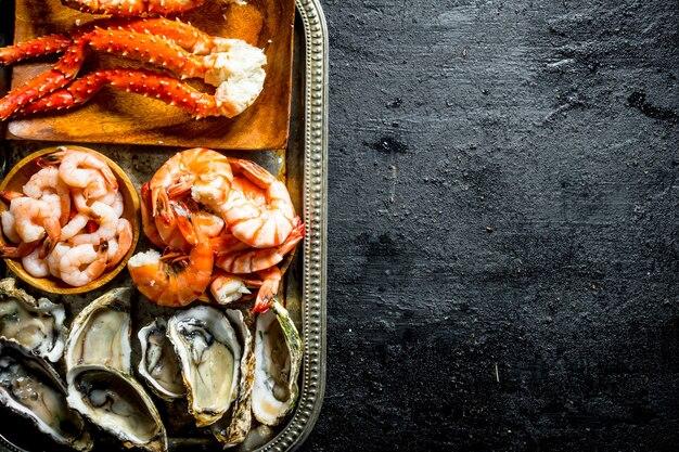 シーフード。牡蠣、エビ、カニのトレイ。