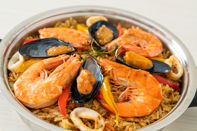 エビ、アサリ、ムール貝のサフランライスとシーフードパエリア-スペイン料理のスタイル