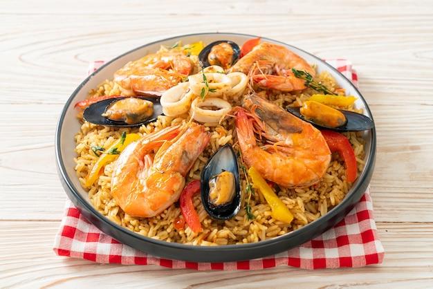 Паэлья из морепродуктов с креветками, моллюсками, мидиями на шафрановом рисе - испанский стиль еды