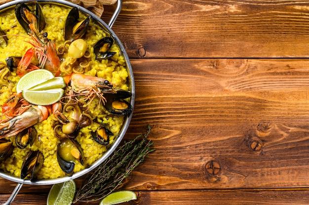 Паэлья из морепродуктов с креветками или креветками и мидиями