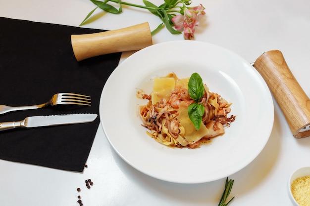 シーフードのパスタとライトテーブルのチーズ。シーフードとチーズの美味しいスパゲッティ