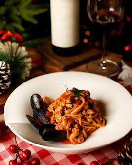 Паста с морепродуктами в томатном соусе с мидиями