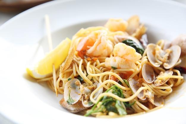 조개, 새우, 이탈리아 음식을 곁들인 해산물 파스타 스파게티