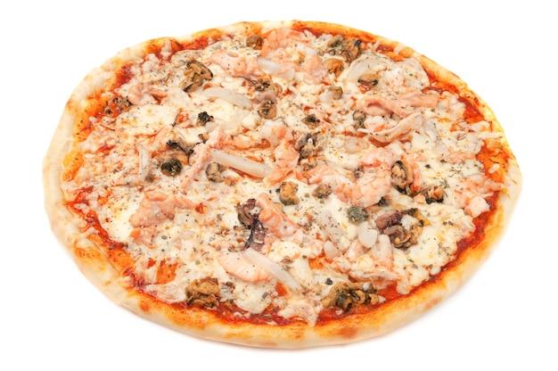 Пицца с морепродуктами. сыр моцарелла, тигровые креветки, мидии, кальмары. белый фон. изолированный. крупный план.