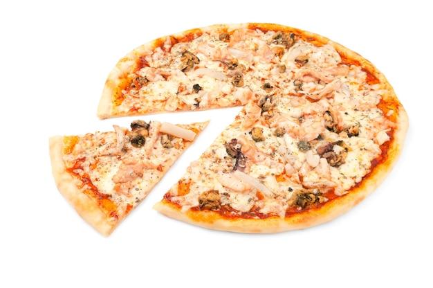 Пицца с морепродуктами. моцарелла, тигровые креветки, мидии и кальмары. от пиццы отрезают кусок. белый фон. изолированный. крупный план.