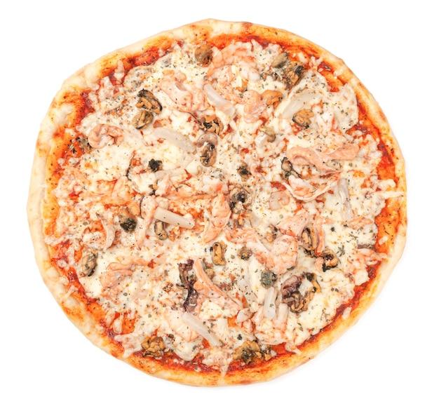 Пицца с морепродуктами. моцарелла, тигровые креветки, мидии и кальмары. вид сверху. белый фон. изолированный.