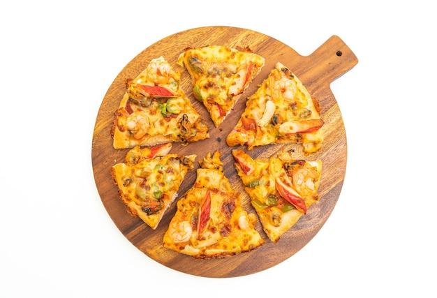分離された木製トレイ上のシーフードピザ