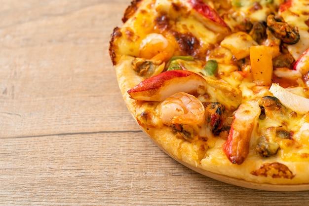 Пицца из морепродуктов на деревянном подносе