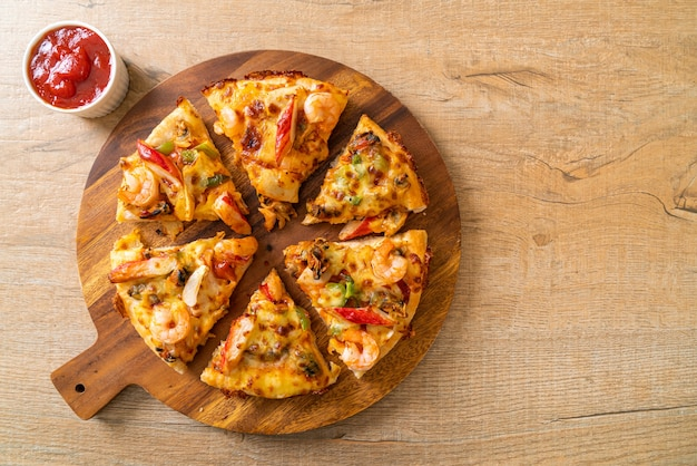 ウッドトレイのシーフードピザ