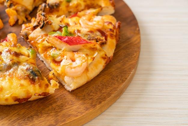 木製トレイのシーフードピザ