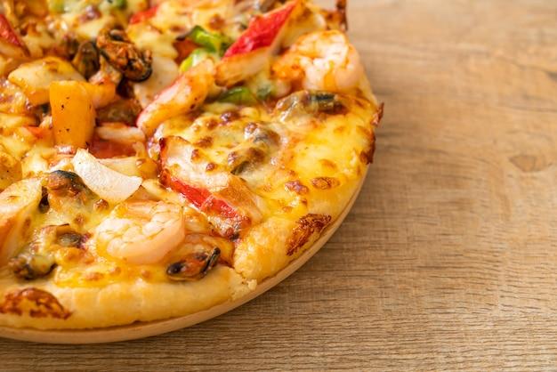 나무 쟁반에 해산물 피자