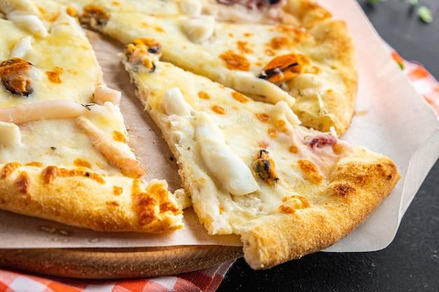 Морепродукты пицца белый соус мидии на вынос кальмар осьминог креветки сыр фастфуд свежая еда закуска