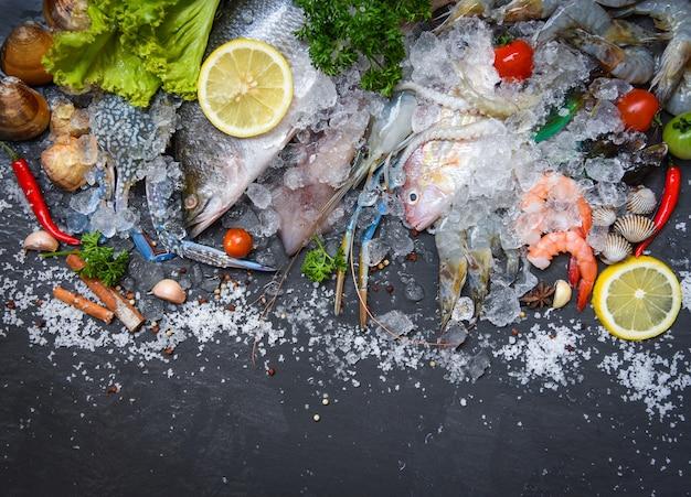 조개 새우 새우 게 조개 조개 조개 홍합 오징어 문 어와 생선 해산물 접시