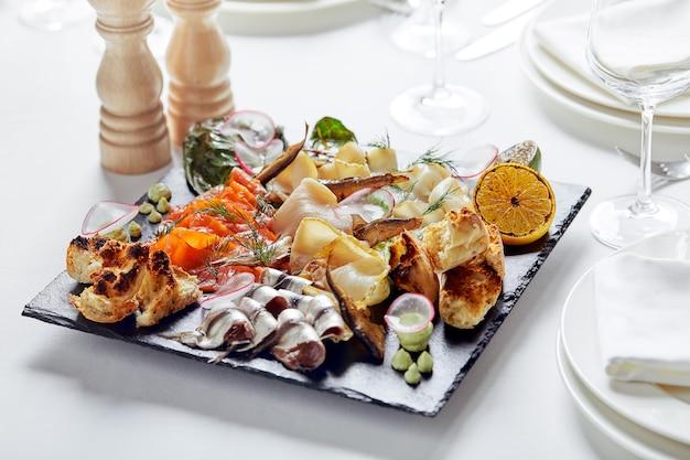 해산물 플래터. 야채와 함께 맛있는 모듬 해산물. 흰 바탕.