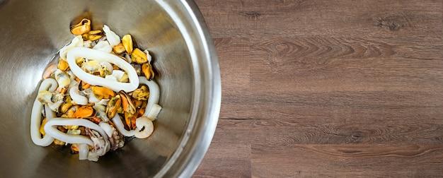 Салат из морепродуктов в металлической миске