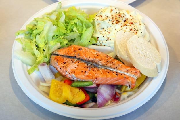 큰 접시에 해산물 샐러드