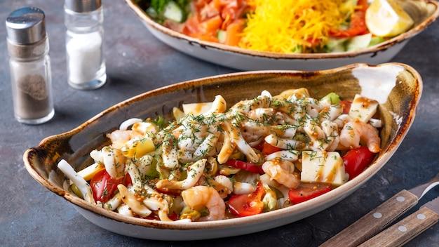 プレート上のシーフードサラダ。イカ、エビ、野菜のヘルシーでダイエットサラダ。