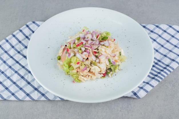 魚の切り身と具材を混ぜたシーフードサラダ。