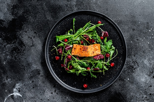 Салат из морепродуктов с лососем и клюквой