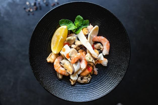 Салат из морепродуктов с креветками, мидиями и кальмарами