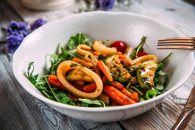 Салат из морепродуктов с овощами и кольцами кальмаров
