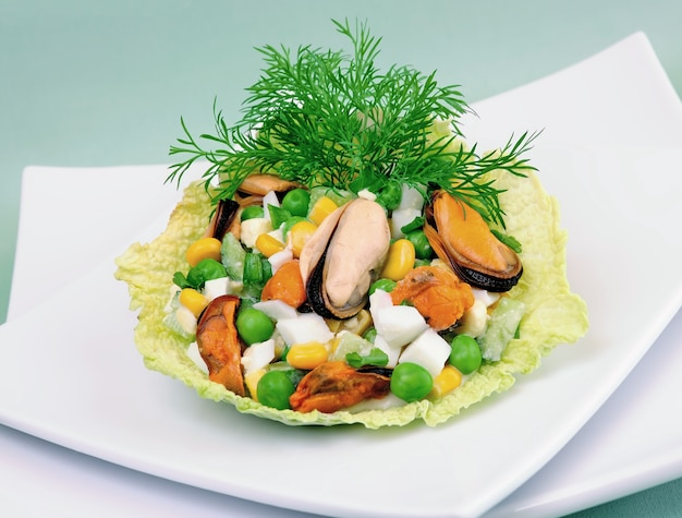 Салат из морепродуктов с овощами в листьях савойской капусты