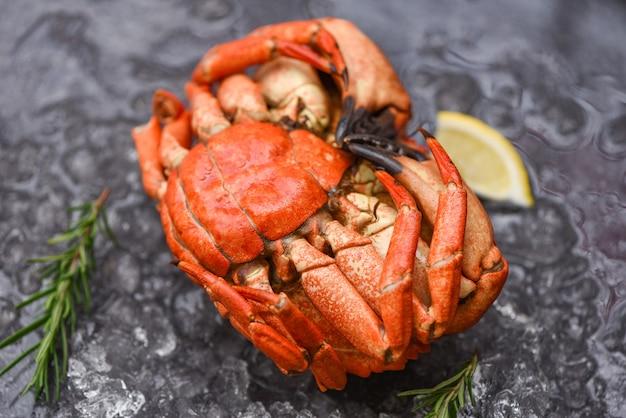 해산물 조개 찜 붉은 게 또는 삶은 돌게-신선한 게와 레몬 로즈마리 재료