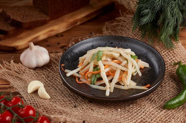 シーフード、イカの塩水、おいしい前菜、木製