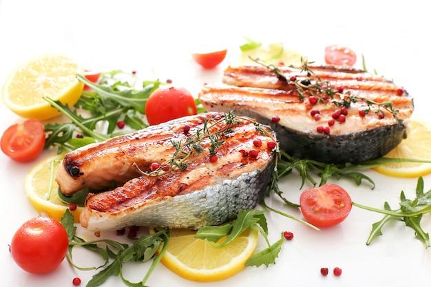Морепродукты рыба - еда овощи лимоны и помидоры