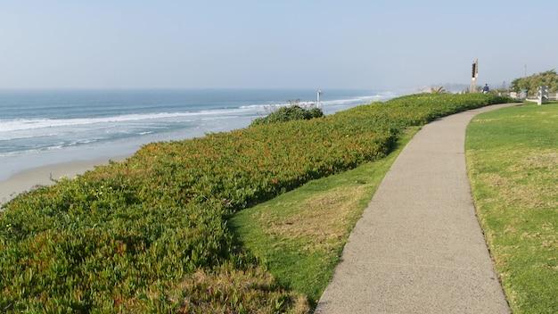 米国カリフォルニア州デルマーのシーグローブパーク、海辺の芝生の緑の芝生と上からのオーシャンビュー