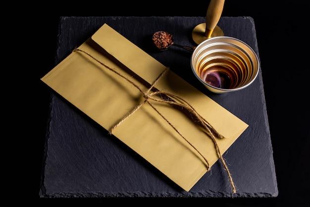 밧줄로 선물 봉투에 밀봉 왁스로 밀봉
