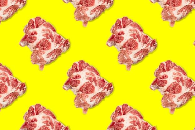 노란색 배경에 생 돼지고기 조각, 쇠고기 스테이크가 있는 매끄러운 음식 패턴입니다. 평면도. 평평하게 평평한 음식