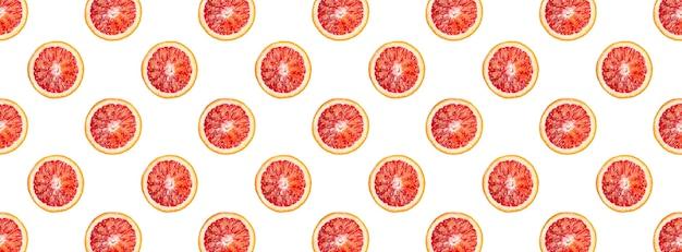 Бесшовный фон из кровавых апельсинов, целых нарезанных и разрезанных пополам, изолированные на белом фоне