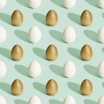 Бесшовный фон из окрашенных пасхальных яиц белого и золотого цвета. минимальный пасхальный принт.
